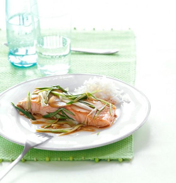Gedämpftes Lachsfilet mit Soja-Zitronensauce