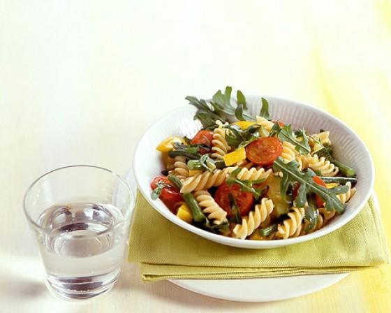 Nudelsalat mit grünen Bohnen und Rauke