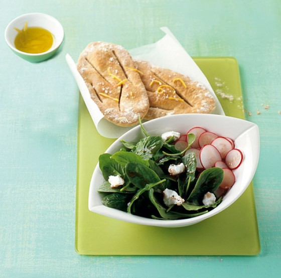 Spinatsalat mit Fladenbrot