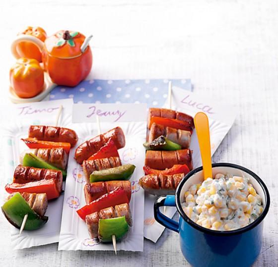 Wurstspieße mit Maissalat