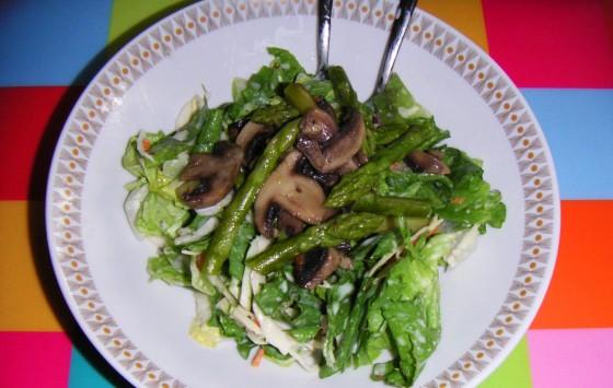 Salat mit grünem Spargel und Champignons