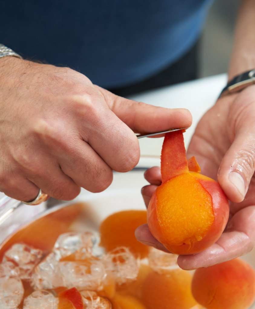 aprikosen mit orangenlik r und zimtbl ten rezept essen und trinken. Black Bedroom Furniture Sets. Home Design Ideas