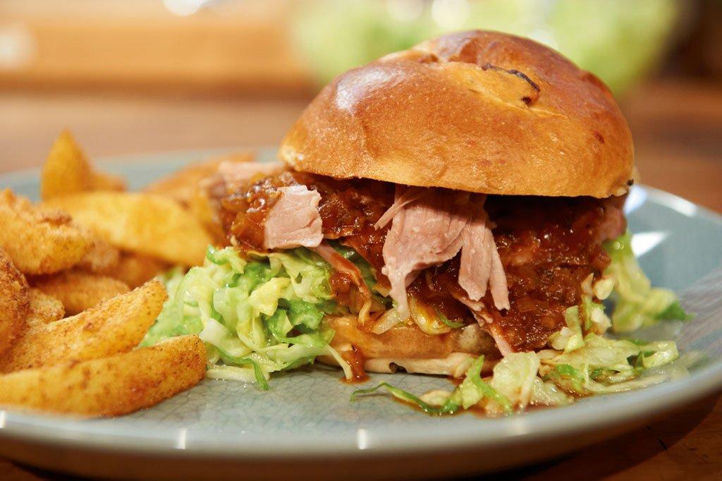 bbq pulled pork burger konfierter schweinenacken rezept essen trinken. Black Bedroom Furniture Sets. Home Design Ideas