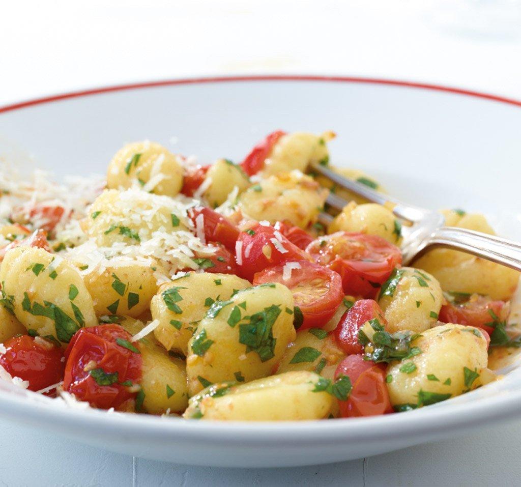 gnocchi mit geschmolzenen tomaten rezept essen und trinken. Black Bedroom Furniture Sets. Home Design Ideas
