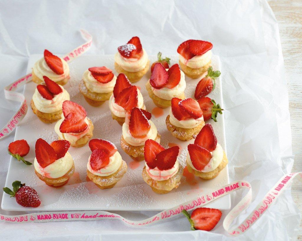 mini cupcakes mit erdbeeren rezept essen und trinken. Black Bedroom Furniture Sets. Home Design Ideas