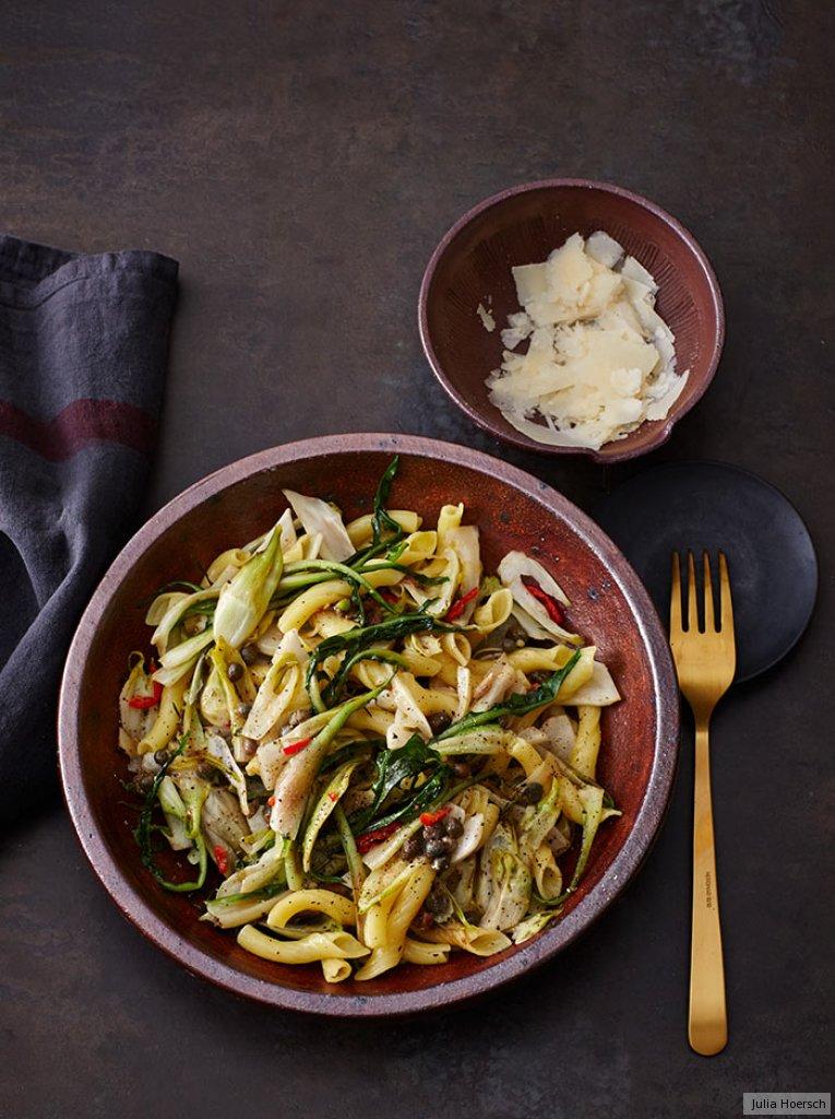 pasta mit puntarelle kapern und zitrone rezept essen und trinken. Black Bedroom Furniture Sets. Home Design Ideas