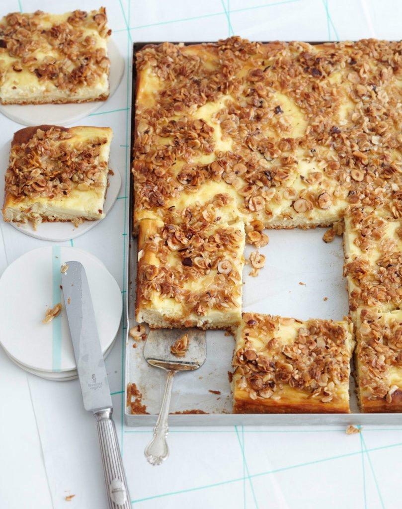 quark blechkuchen mit nuss haferflocken kruste rezept essen trinken. Black Bedroom Furniture Sets. Home Design Ideas