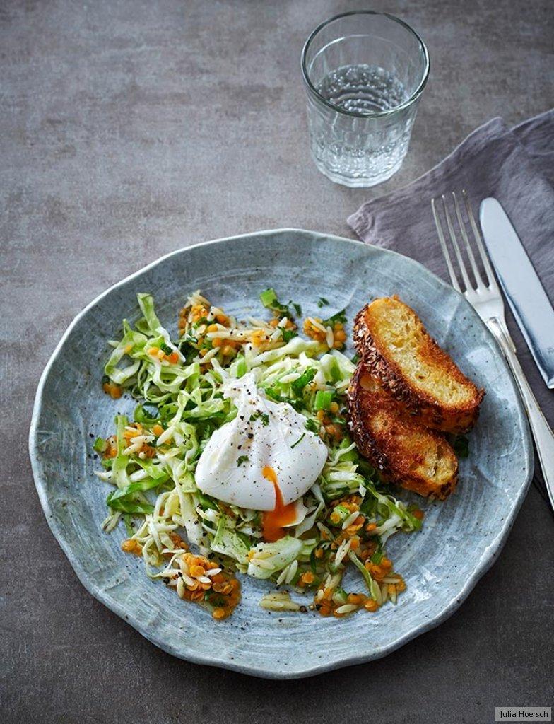 spitzkohl nudel salat mit pochiertem ei rezept essen und trinken. Black Bedroom Furniture Sets. Home Design Ideas