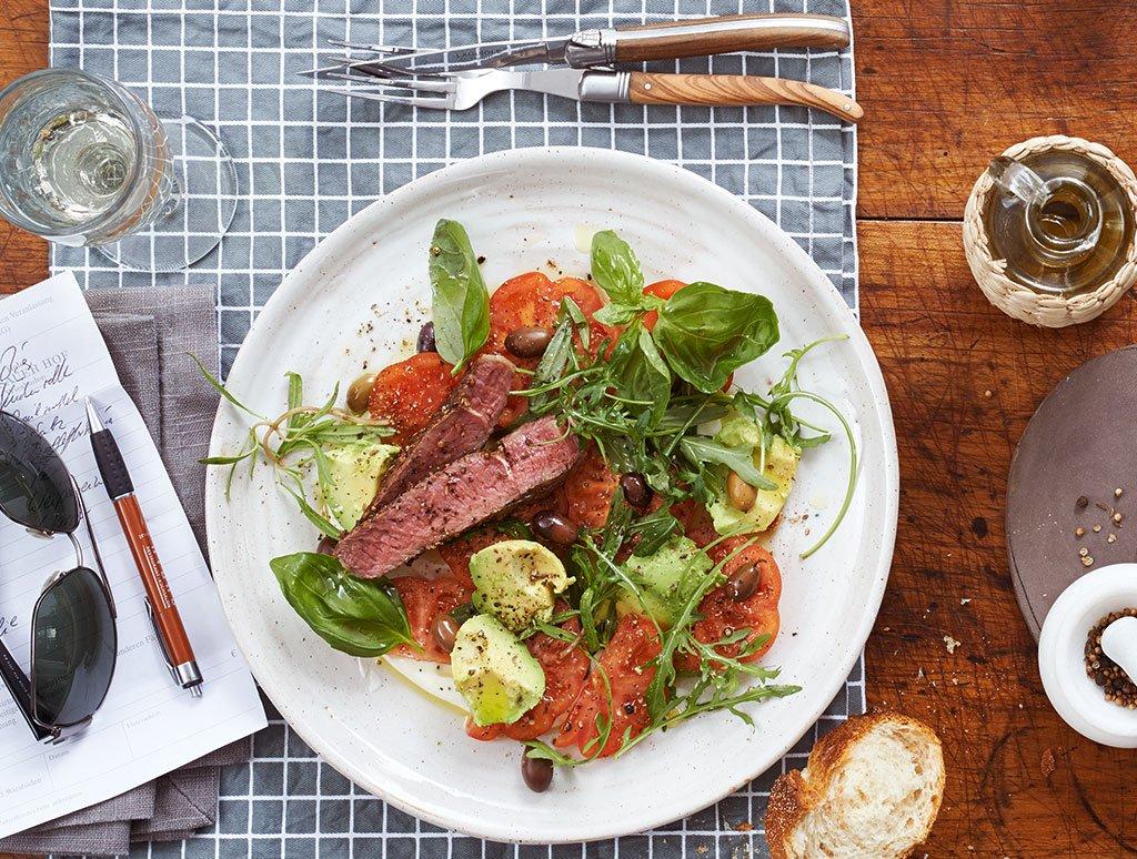 tomaten avocado salat mit entrec te rezept essen und trinken. Black Bedroom Furniture Sets. Home Design Ideas