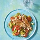 Hähnchenspieße mit Tomaten-Avocado-Salat