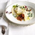 Ravioli mit Bolognese und Spinatsauce