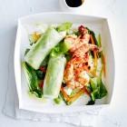 Reispapierrollen auf Salat mit Garnelen