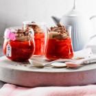 Rhabarber-Erdbeer-Grütze mit Schoko-Sahne
