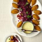 Süßlupinennocken mit Rotkohlsalat und Orangendip