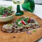 Warmes Bauernbrot mit Leberwurst und Salat