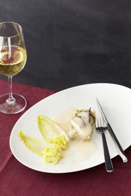 Gemüse-Kalbskopf-Graupen mit lauwarmem Aal, Chicorée-Confit und Räucherschaum