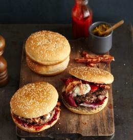 Rinderburger mit Roquefort und Paprikasalat