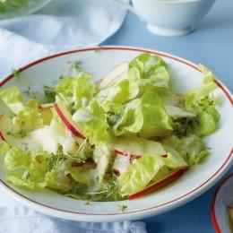 Grüner Salat mit Apfel