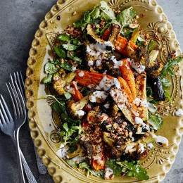 Kräutersalat mit Ofengemüse und Joghurtsauce