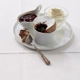 Schokoladen-Soufflé mit Kirschkompott