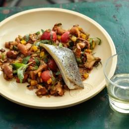 Pfifferling-Zucchini-Gemüse mit gebratener Forelle
