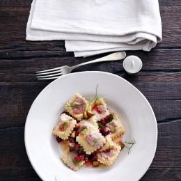 Labskaus in Ravioli mit Rote-Bete-Gewürzgurken-Butter
