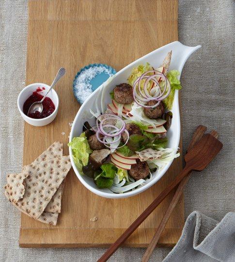 preiselbeer hackb llchen mit kn ckebrot salat skandinavische rezepte 1 essen trinken. Black Bedroom Furniture Sets. Home Design Ideas