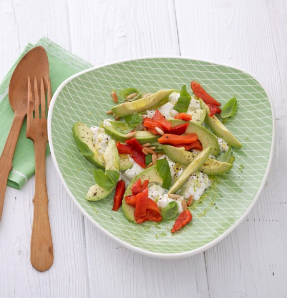 Avocado mit Mozzarella und gegrillter Paprika