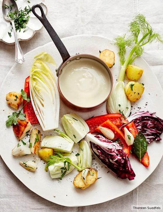 Bagna cauda mit Kartoffeln und Gemüse