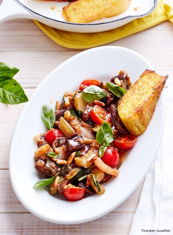 Caponata mit Kirschtomaten und Basilikum