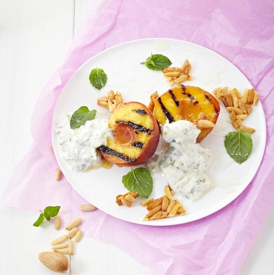 Gegrillte Pfirsiche mit Minz-Ricotta