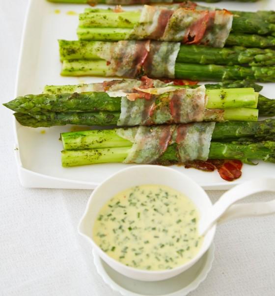 Grüne Spargelpäckchen mit Ei-Kräuter-Sauce