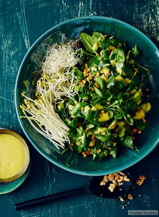 Grüner Salat mit Kurkuma-Dressing