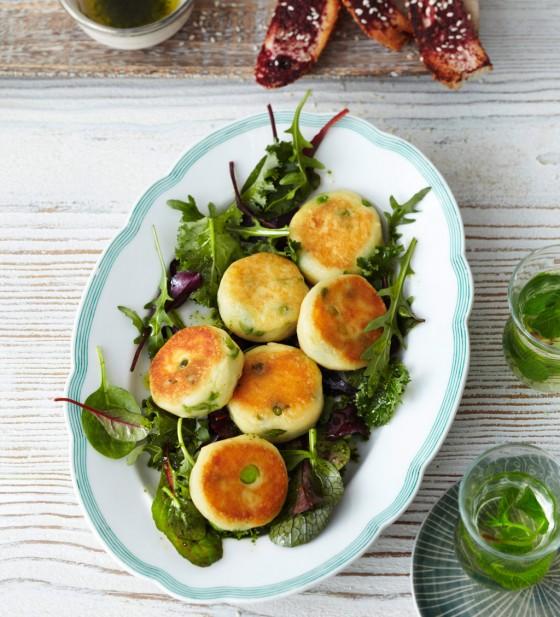 Kartoffel-Buletten mit Blattsalaten