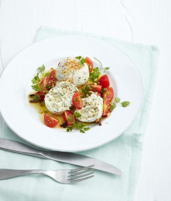 Kräuter-Quarkknödel mit Tomatensalat
