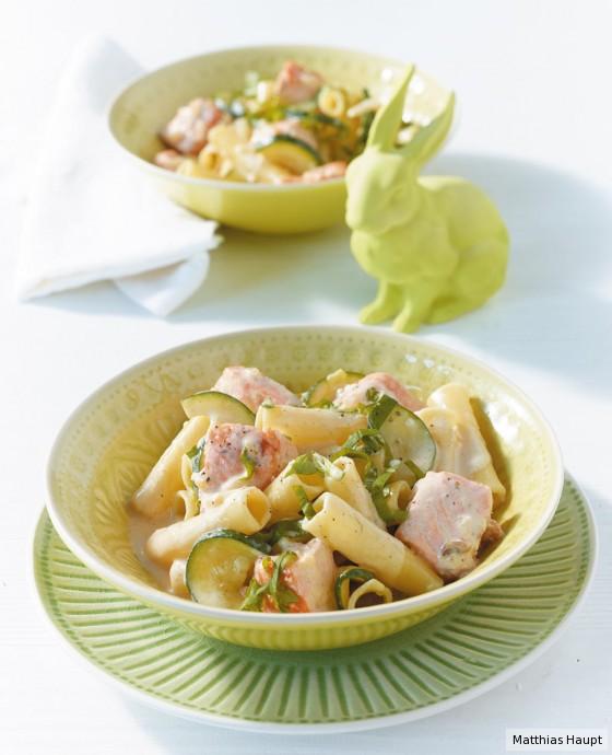 lachs pasta mit zucchini rezept essen und trinken. Black Bedroom Furniture Sets. Home Design Ideas