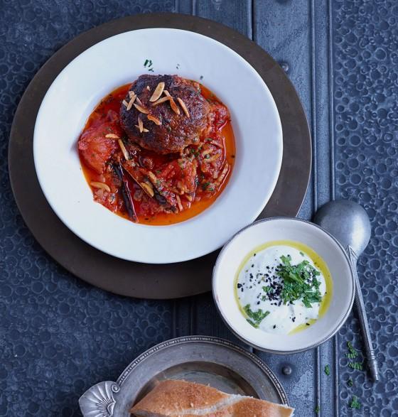 Lammhackfrikadellen mit scharfer Tomatensauce