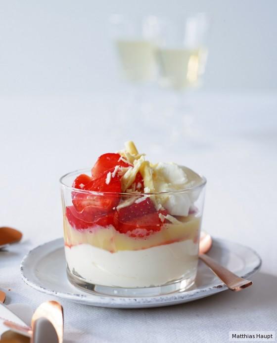 Marinierte Erdbeeren mit weißer Schoko-Sauce