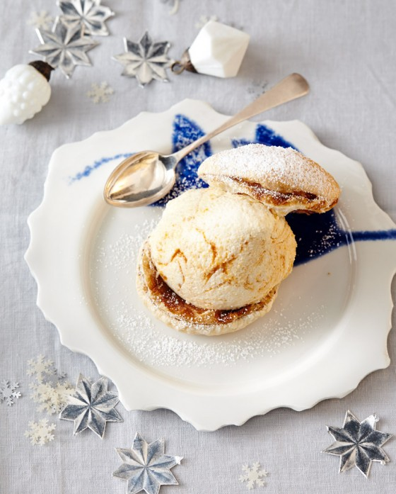Marzipan-Sanddorn-Mousse mit Kaffee-Blätterteig
