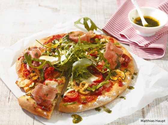 Pizza mit Rauke und Schinken
