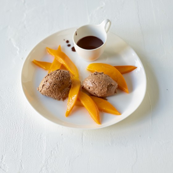 Dunkle Mousse mit Schokosauce und marinierter Mango