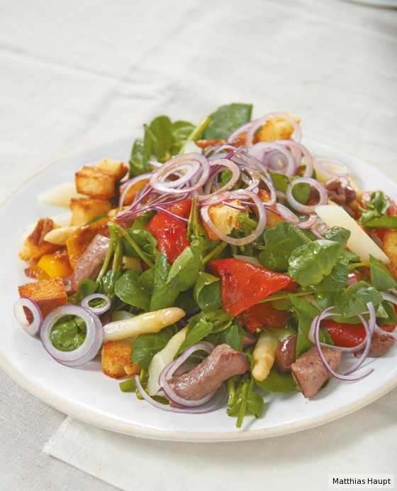 Spargel-Brot-Salat mit Lamm