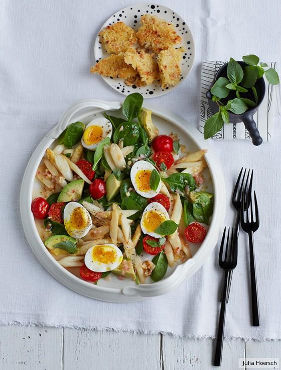 Spargel-Spinat-Salat mit Reis-Erdnuss-Krusteln