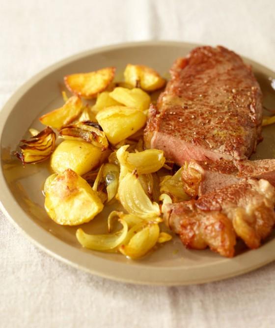 Steak mit Zwiebel-Kartoffel-Gemüse