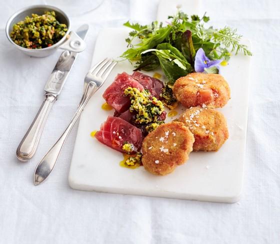 Thunfisch-Sashimi mit panierten Tomaten