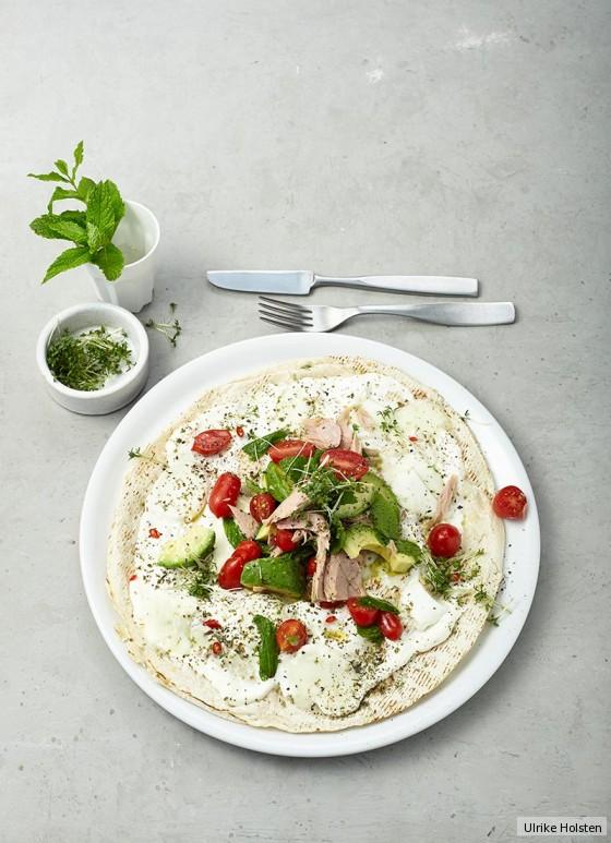 Tortilla-Pizza mit Avocado und Thunfisch
