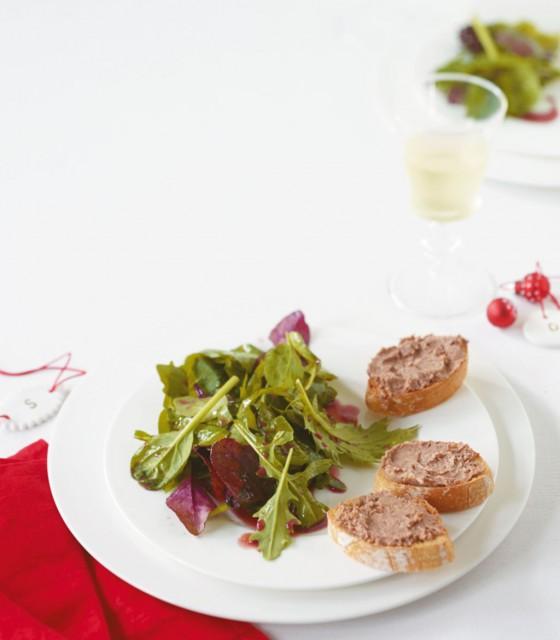 Salat mit Johannisbeer-Dressing und Paté-Schnitten
