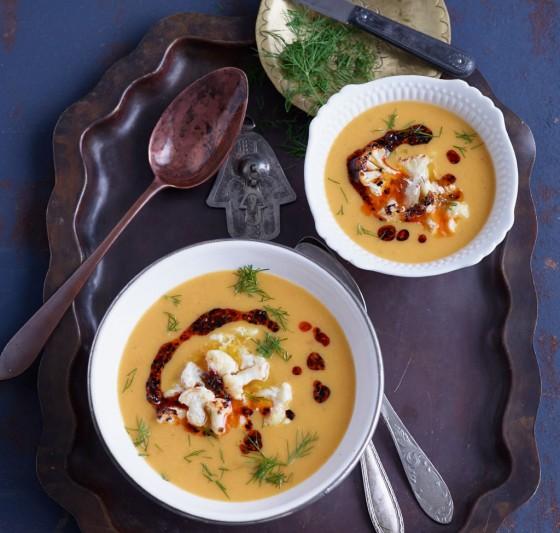 Gelbe Linsen-Möhren-Suppe mit geröstetem Blumenkohl