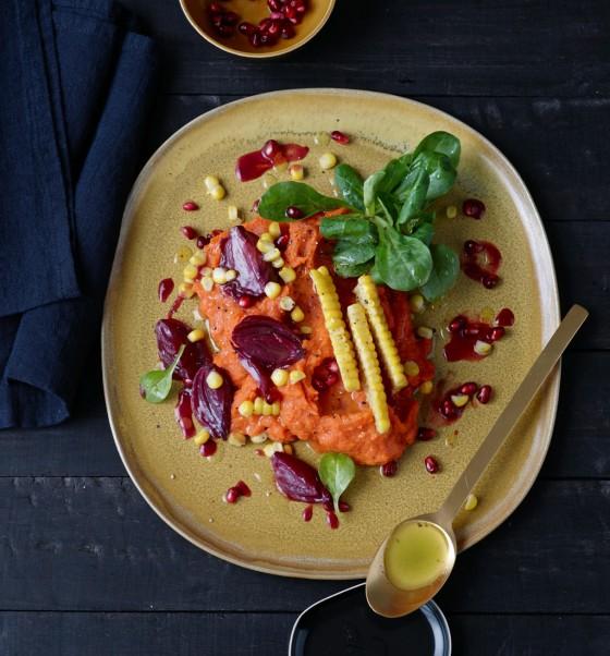 Süßkartoffelpüree mit Feldsalat, Mais und Zwiebeln