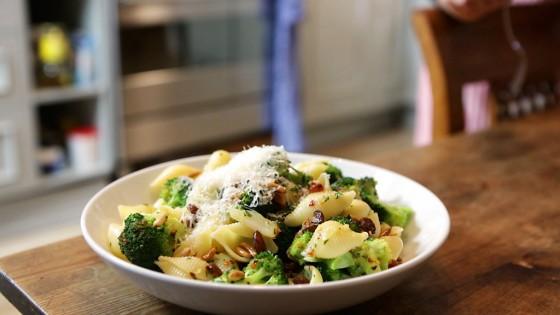 rezept f r pasta mit brokkoli rezept essen und trinken. Black Bedroom Furniture Sets. Home Design Ideas